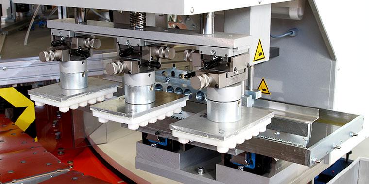 Vollautomatische Bedruckungsanlage mit mehreren servoelektrischen Tampondruckmaschinen TC 200 E