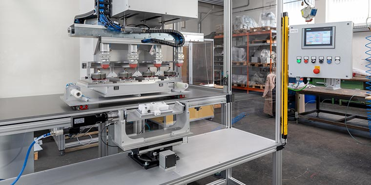 Die hochflexible Tampondruckmaschine ist nach Kundenwunsch konfigurierbar